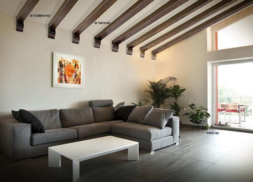 Soffitti In Legno Design : Pietra rustica travi in legno nuance naturali con faretti per